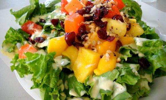 Ensalada de lechuga con frutas deliciosas