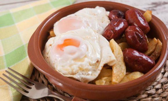 Huevos fritos con papa y chorizo ¡Al mejor estilo español!