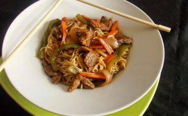 Fideos chinos fritos ¡Con cerdo y verduras!