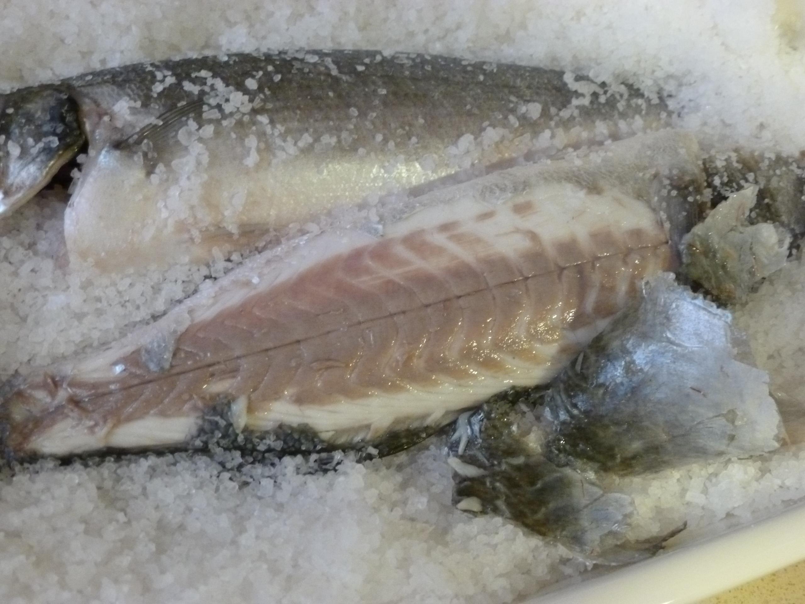Lubina a la sal en el horno s per f cil mil recetas for Salsa para lubina a la sal