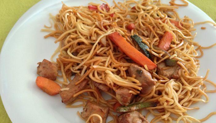 deliciosos fideos chinos con pollo