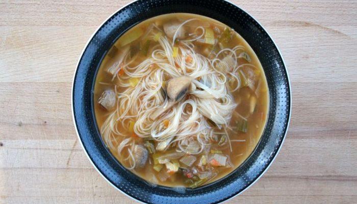 Rica sopa oriental con fideos de arroz