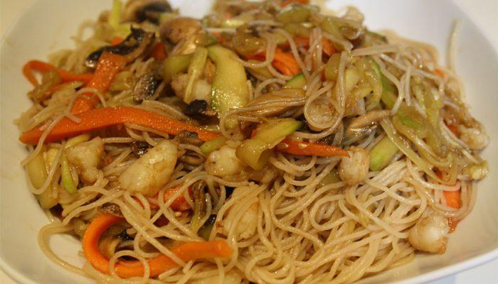 Fideos de arroz con camarones y vegetales